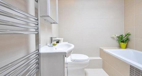 Lesklá kúpeľňa. Ako si vybrať čistiace prostriedky?